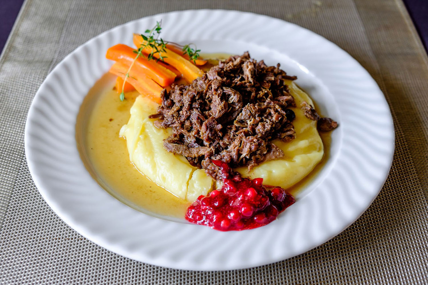Reindeer meat with mashed potatoes, black pepper and wild berries
